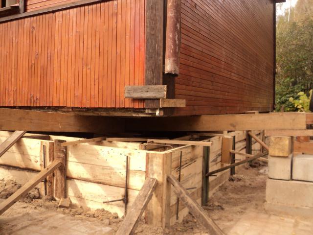 Как поднять деревянный дом и сделать фундамент