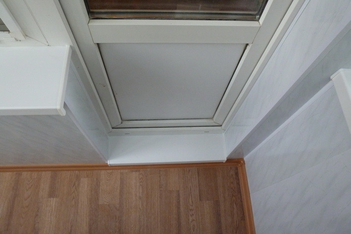 Установка пластикового балконного порога..