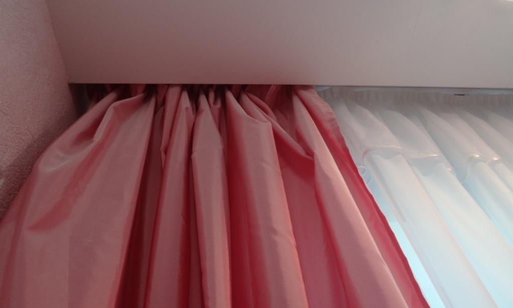 натяжные потолки фото и карнизы