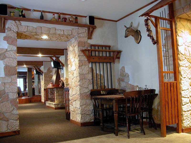 Декоративная гипсовая плитка используется как при оборудовании интерьера дома, так и для оформления внешней