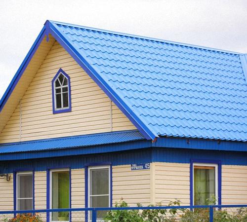 фото дом с синей крышей
