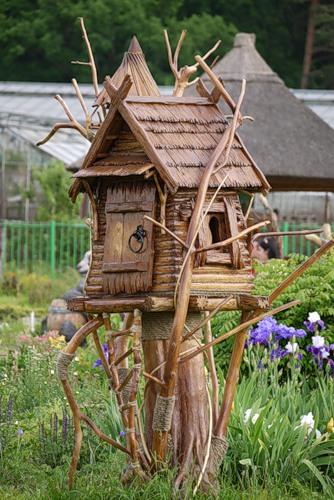 Деревянные фигурки на даче