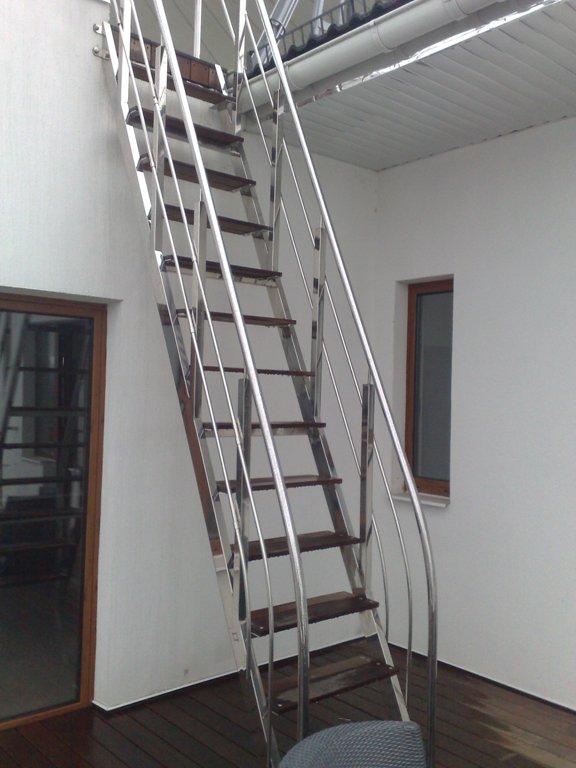 Приставная лестница из нержавеющей стали.