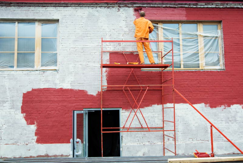 Как покрасить фасад кирпичного дома