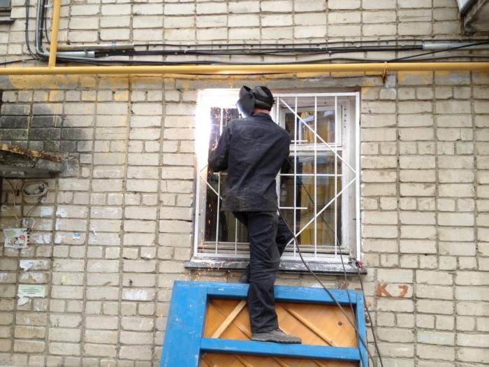 Установка металлических решеток на окна