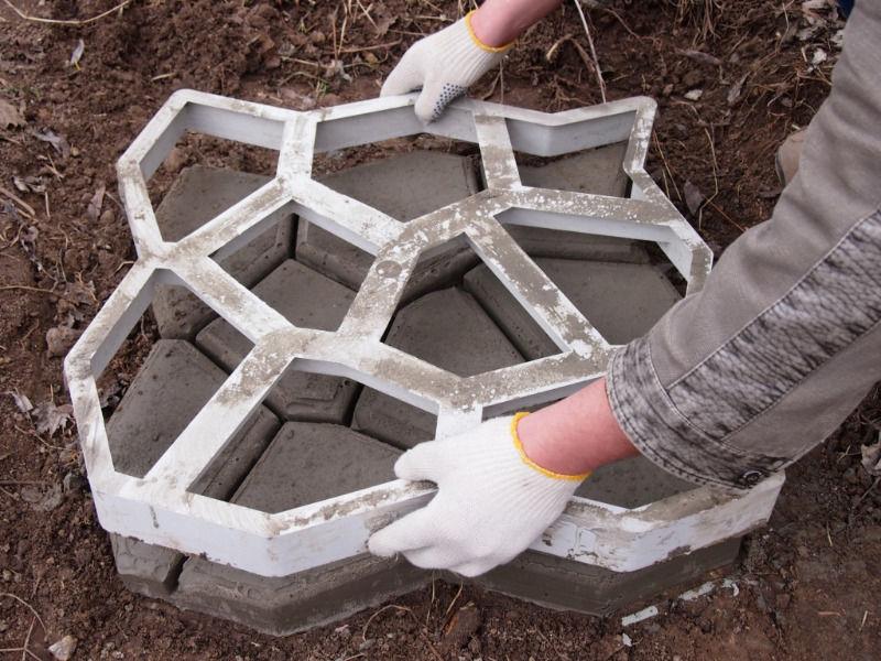 Как сделать плитку для садовой дорожки своими руками