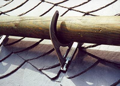 Деревянное бревно в качестве снегозадержателя