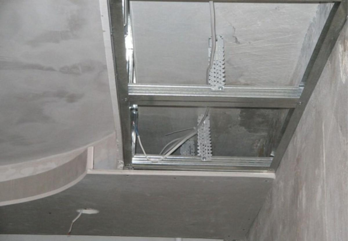 схема устройства двухуровнего натяжного потолка