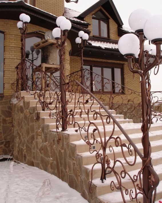 Металлическая лестница над входными дверями