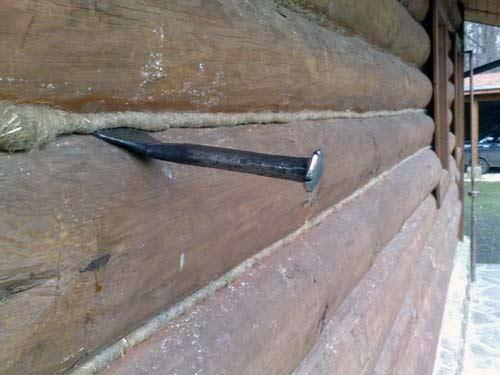 Конопатка дома из оциллиндрованного бревна