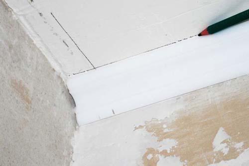Как обрезать потолочный плинтус с помощью разметки на потолке 2