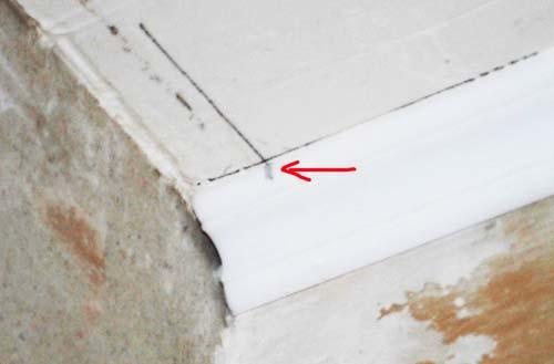 Как обрезать потолочный плинтус с помощью разметки на потолке 3