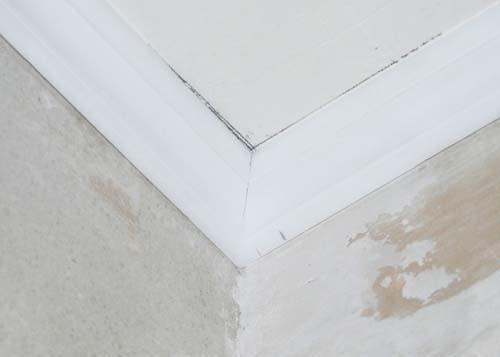 Как обрезать потолочный плинтус с помощью разметки на потолке 4
