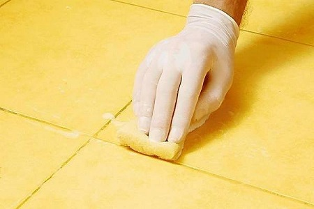 Влажная чистка плитки от остатков затирки