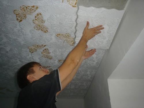 Приклеивание пенопластовой плитки к потолку в туалете
