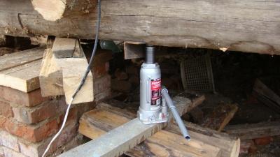 Поднятие деревянного дома домкратами