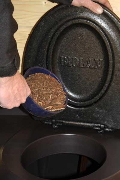 Торфяной биоуталет для дачи - засыпка торфа совком