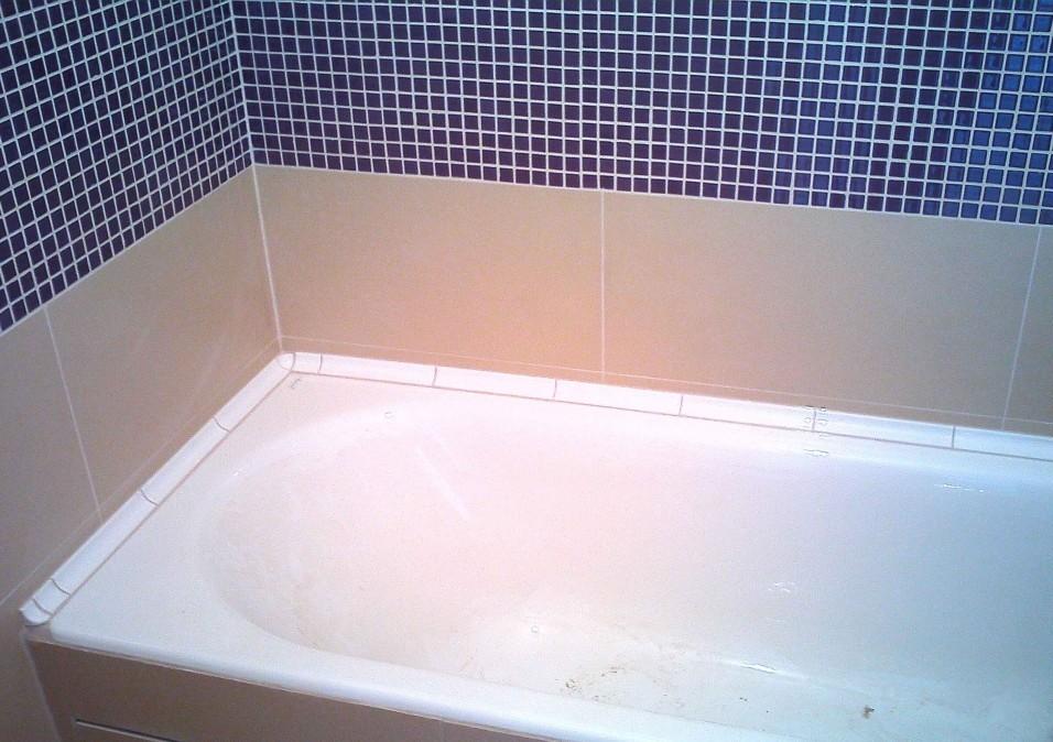Заделка шва в ванной пеной