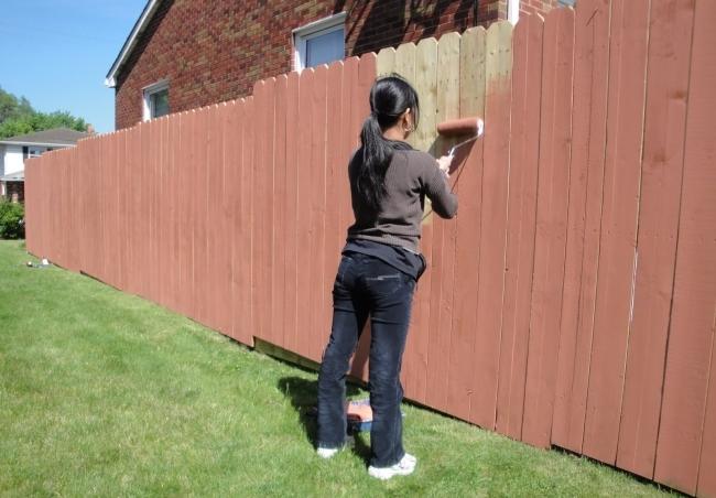 За сколько часов троя строителей покрасят забор