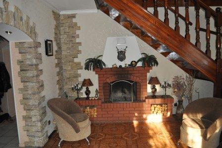 как сделать интерьер в древесном доме с камином и телеком ежели они размещены вдоль лестницы