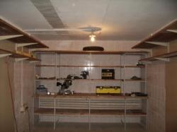 Гараж является не только местом для сохранности автомобиля, но ещ и складом инструментов, ненужных вещей...