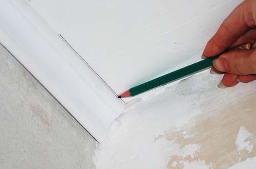 Как сделать уголок на потолке 375