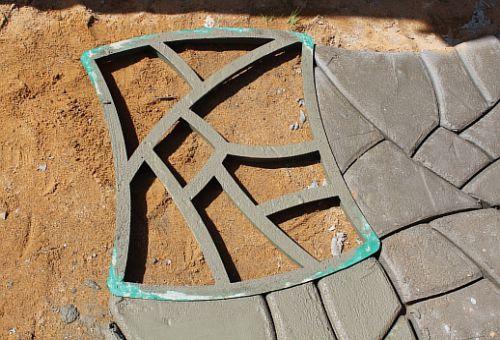 Садовые дорожки с помощью формы своими руками 47