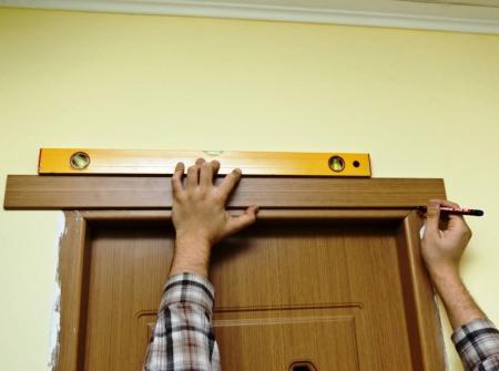 Прибить наличники на дверь