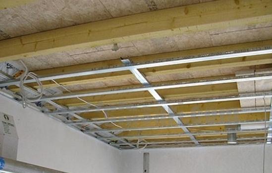 Потолок из гипсокартона своими руками в деревянном доме фото