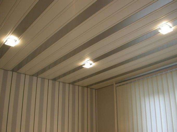 Панели на потолок на кухне фото