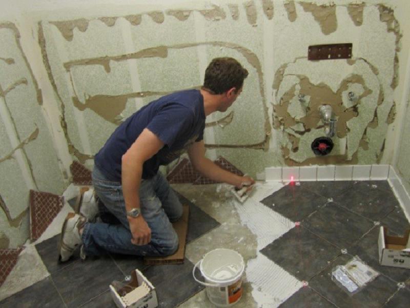 Как класть плитку в ванной на стену своими руками