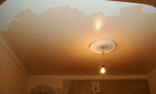 Какую краску выбрать для потолка