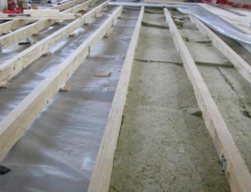 Гидроизоляция бетонного пола и укладка лаг