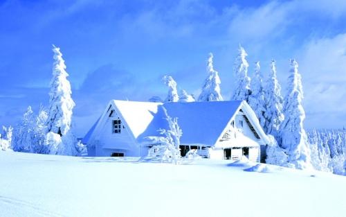 Снежная шапка на крыше дома - идеальный утеплитель