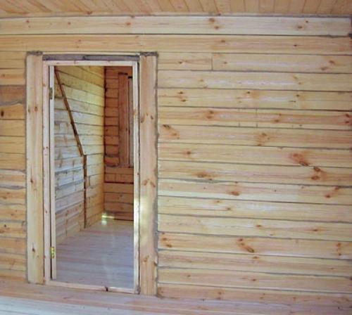 Дверная коробка в доме из профилированного бруса
