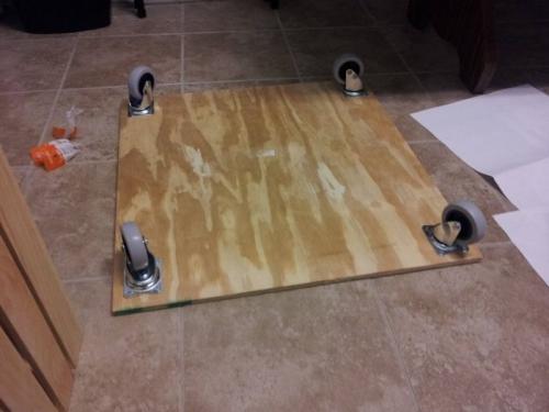 Кофейный столик из поддона - фанерное дно на колесиках