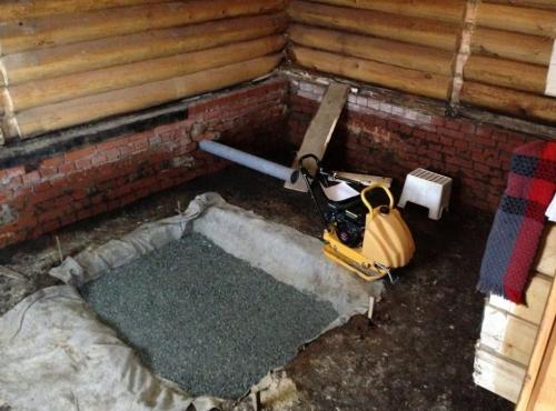 Фундамент под печь в баню - засыпаем щебень
