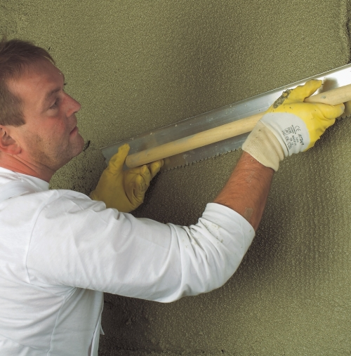 """Нанесение штукатурного раствора на стену слой """"грунт"""""""
