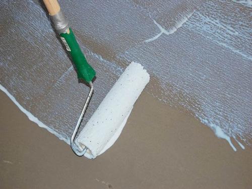 Грунтование поверхности перед заливкой бетонной стяжки
