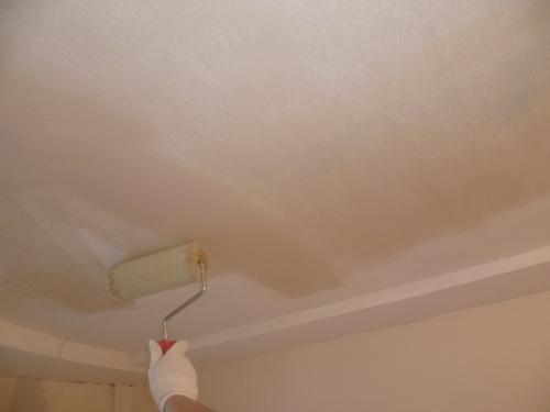 Грунтовка поверхности потолка