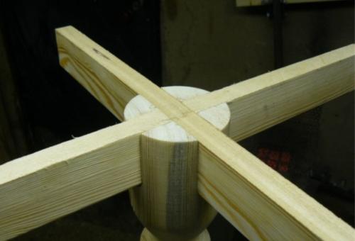 Деревянный кофейный столик своими руками - крепление крестовины к ножке