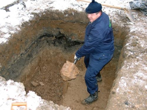 Копаем котлован для станции очистки канализации коттеджа