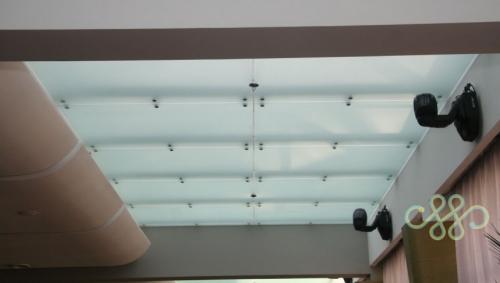 Крепление стеклянных плит декоративными винтами