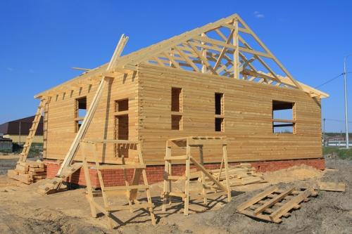из какого материала получается лучшая крыша для деревянного дома
