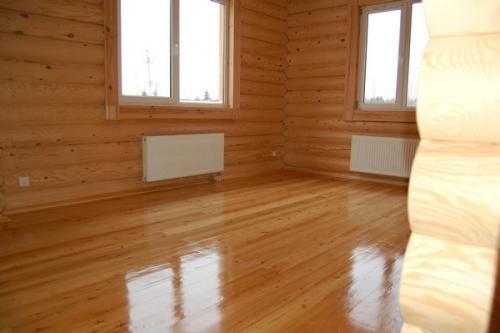 Лакированный пол в деревянном доме