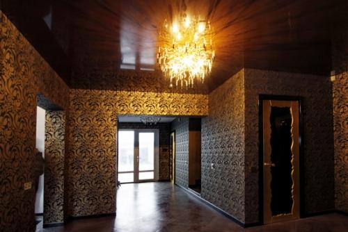 Люстра на фоне темного натяжного потолка.
