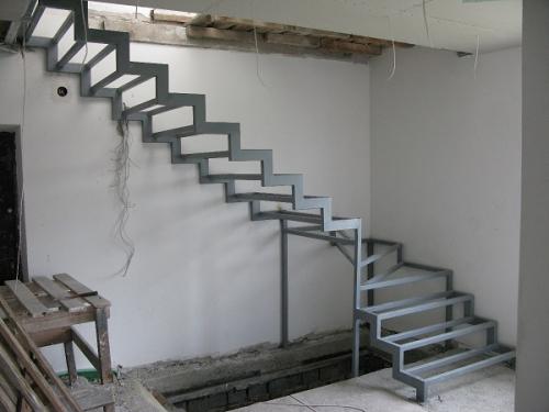 Металлическая лестница на опорных столбах
