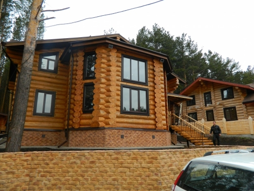 Многогранные стены бревенчатого дома