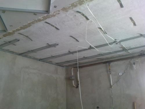 Монтаж подвесов подвесного потолка