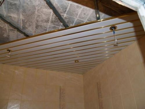 Монтаж реечного потолка в туалете